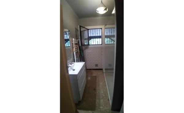 salle d'eau avec fenêtre en rez-de-chaussée